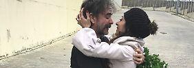 Ehefrau Dilek Mayatürk empfängt Yücel vor dem Gefängnis mit einem Strauß Petersilie.