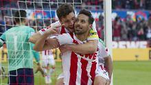 Da war die Kölner Welt noch in Ordnung: Claudio Pizarros feiert mit Jonas Hector sein Tor zum 2:1 - was dann nicht zählte.