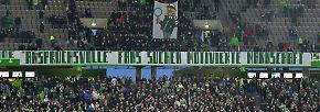 """""""Anspruchsvolle Fans suchen motivierte Mannschaft"""" - Plakat der Wolfsburger Anhänger."""