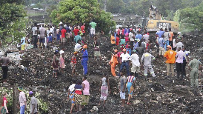 Ins Rutschen geratene Müllmassen haben mindestens 14 Menschen in den Tod gerissen.