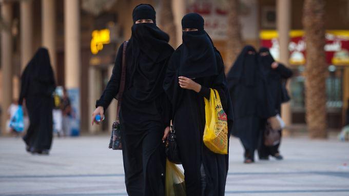 In Saudi-Arabien schreibt die Kleiderordnung für Frauen in der Öffentlichkeit den langen schwarzen Mantel Abaja vor.