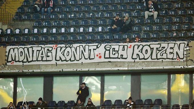 """""""Montag könnt' ich kotzen"""" - nur eines von vielen Protestplakaten der Eintracht-Fans gegen die Montagsspiel-Ansetzungen."""