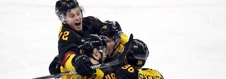 Eine geballte Ladung Jubel - die Eishockeyspieler feiern ihren Einzug ins Viertelfinale.