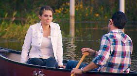 Bei der gemeinsamen Bootsfahrt gibt sich der Bachelor kumpelhaft. Janine Christin aber sieht sich schon vor dem Traualtar.