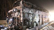 Mehrere Verletzte: Bus mit Schülern brennt auf Bundesstraße