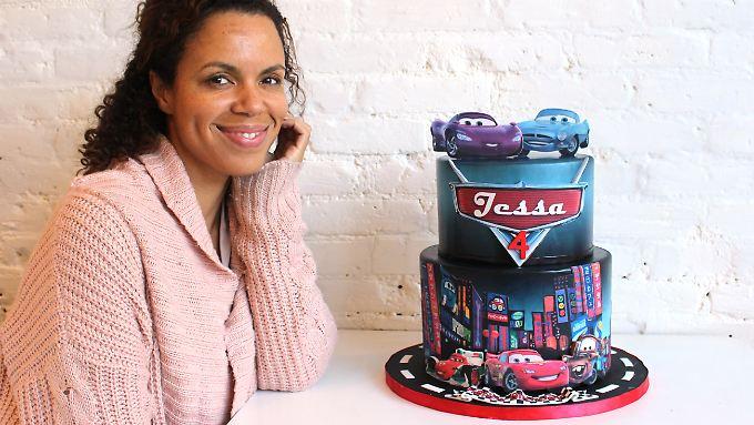 """Miriam Milord, Gründerin und Geschäftsführerin von """"BCakeNY"""",  neben einer von ihr entworfenen Torte."""
