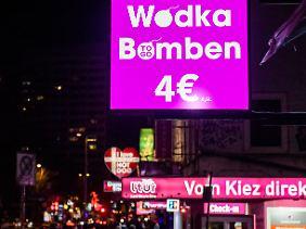 """Zum """"Vorglühen"""": """"Wodka Bombe"""" - ein halber Liter als Mixgetränk für gerade einmal vier Euro."""