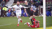 Der Sport-Tag: KSC verdrängt Hansa, Erfurt verliert Derby in Jena