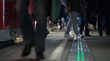 Orientierung und Pünktlichkeit: Bahn erprobt leuchtende Bahnsteigkante