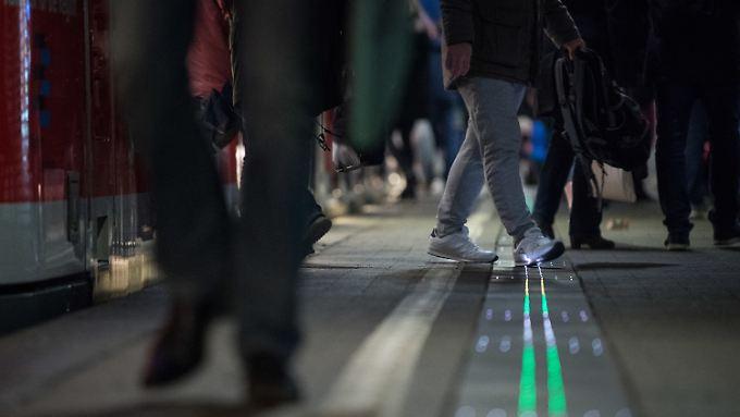 Eine leuchtende Bahnsteigkante wird erstmals in Stuttgart getestet.