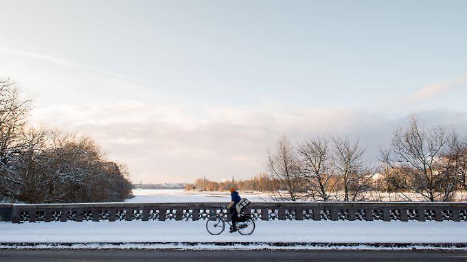 Auf der zugefrorenen Alster in Hamburg liegt eine Schneedecke.