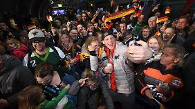 Ein lockeres Bad in der Fan-Menge am Frankfurter Flughafen wie bei Eishockey-Nationalspieler David Wolf sieht man im Fußball so gut wie nie.