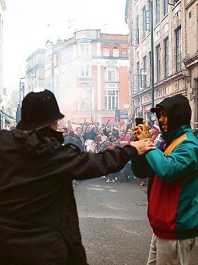 Mit mehr als 20.000 Kölnern durch London marschieren: kein Problem. Polizisten fotografieren: strikt verboten.
