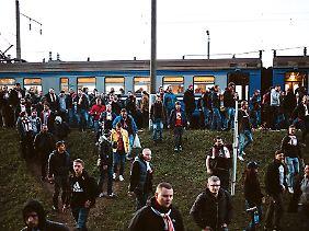 Europapokal in Weißrussland: Angeführt von der Dolmetscherin Irina (nicht im Bild) geht es vom Bahnhof mitten im Nichts einen Trampelpfad entlang zum Stadion.