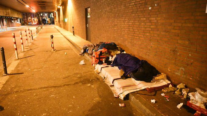 Viele Menschen in Deutschland sind zu arm, um sich eine Wohnung zu leisten - eine Übernachtung im Freien indes kann dieser frostigen Tage lebensgefährlich sein.