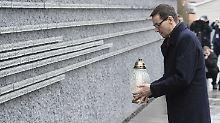 Polens Ministerpräsident Mateusz Morawiecki legt eine Kerze an einer Gedenkmauer für die jüdischen Opfer des Zweiten Weltkrieges ab.