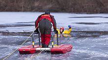 Vereisten Fluss betreten: Mann bricht ins Eis ein und stirbt