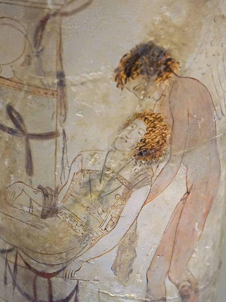 Eine Vase aus dem 5. Jahrhundert vor Christus zeigt Hypnos und Thanatos, wie sie einen toten Soldaten tragen.