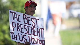 Seine Anhänger halten zu ihm: Dieser Anwohner von West Palm Beach in Florida grüßt seinen Präsidenten.