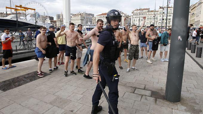 Bild von der EM 2016 in Frankreich: ein Polizist und russische Fußballfans.