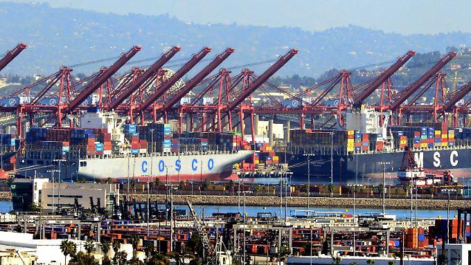 Containerschiffe ankern im Hafen von Los Angeles und Long Beach.