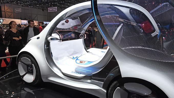 Ein Auto ganz ohne Lenkrad, wie hier beim Genfer Autosalon - auch deutsche Universitäten wollen an der Entwicklung teilhaben.