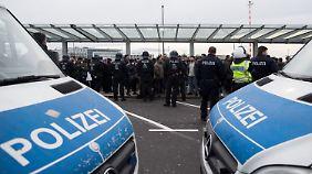 Festnahmen am Flughafen Düsseldorf: Demonstranten protestieren gegen Türkei-Offensive in Afrin