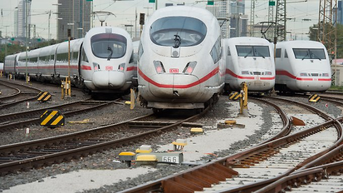 Mehrere ICE der Deutschen Bahn stehen auf Abstellgleisen am Hauptbahnhof in Frankfurt am Main.