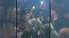 Kaum zu glauben, aber wahr: Pferd geht mit halbnackter Tänzerin in Disco durch
