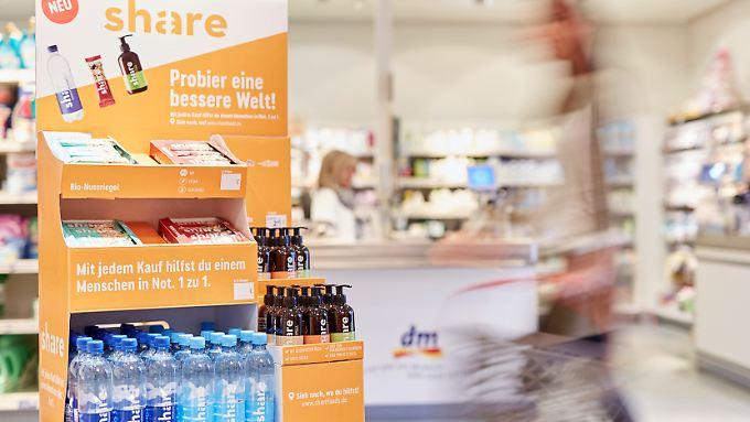Sozialer Konsum: Flüssigseife für 3 Euro pro Flasche, der Nussriegel für 1,50 Euro und eine Flasche Mineralwasser für 60 Cent.
