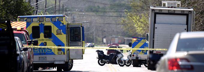 Einer der Anschlagsorte in Austin: Die Polizei sperrt nach der Explosion einer Paketbombe die Straße ab.