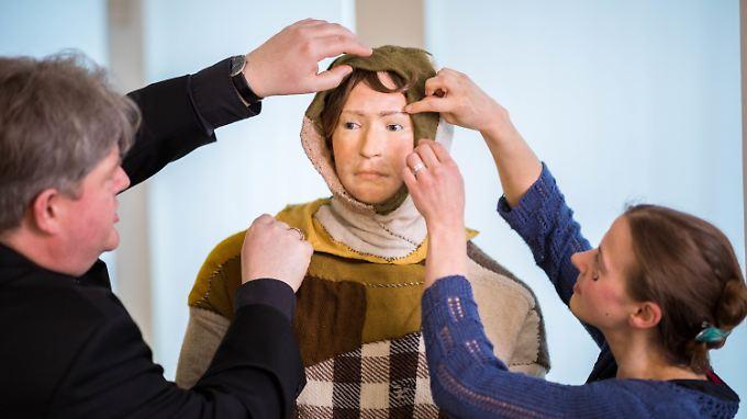 ... haben Wissenschaftler das Gesicht und die Kleidung des Toten nachgebildet. Das Resultat ist ...