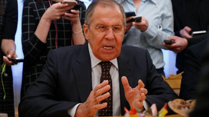 """""""Wir haben schon eine Erklärung abgegeben, dass das alles Quatsch ist"""", sagte Russlands Außenminister ein wenig genervt bei einem Treffen mit dem Sicherheitsberater Südkoreas, Eui Yong in Moskau."""