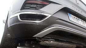 Schein und Wirklichkeit am VW T-Roc: Auspuff einmal als Styling-Idee, einmal als Funktions-Bauteil.