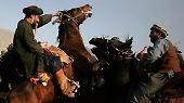 ... Pferde steigen mit kreischendem Wiehern, die Zähne gebleckt, und können nicht zurück, gefroren im Gedränge, hohe hölzerne Sättel krachen.