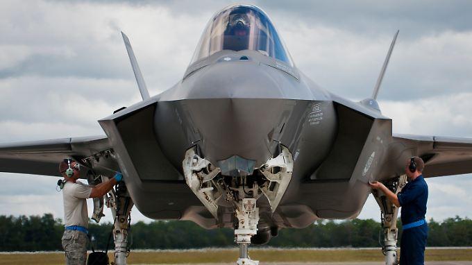 """Das teuereste Kampfjet-Programm aller Zeiten: Die Entwicklung und  Anschaffung der F-35 """"Lightning II"""" kostet den US-Steuerzahler mindestens 400 Milliarden Dollar."""