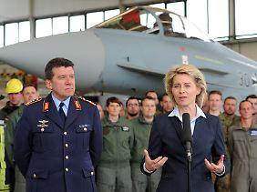 Eurofighter als Tornado-Nachfolger? Luftwaffen-Chef Karl Müllner (l.), hier bei einem gemeinsamen Termin mit Verteidigungsministerin Ursula von der Leyen.