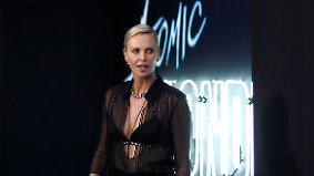 Promi-News des Tages: Peinliche Pinkel-Panne ruiniert Charlize Therons Date