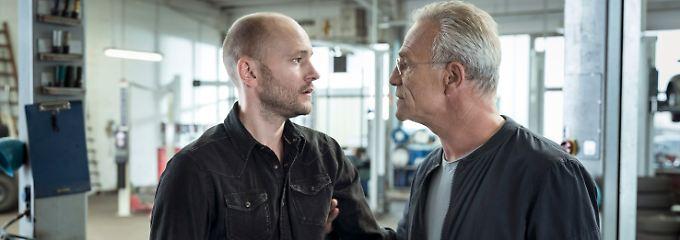 Kommissar Ballauf (Klaus J. Behrendt, r.) nimmt Matthes (Moritz Grove) hart ran.