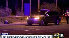 Polizisten sichern in der Stadt Tempe den selbstfahrenden Volvo und den Unfallort.
