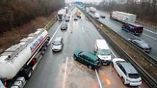Polizei vermutet Fahrerflucht: Lkw soll Massencrash verursacht haben