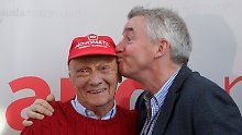 Ein Kuss unter Geschäftspartnern: O'Leary feiert das irisch-österreichische Luftfahrt-Bündnis.
