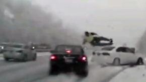 Kaum zu glauben, aber wahr: Polizist wird bei Crash durch die Luft geschleudert