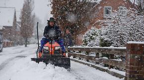 Räumfahrzeuge im Dauereinsatz: Nordosten Deutschlands versinkt im Schnee