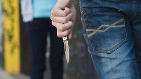 Höhere Strafen zur Abschreckung gefordert: Angst vor Messerattacken in Deutschland wächst