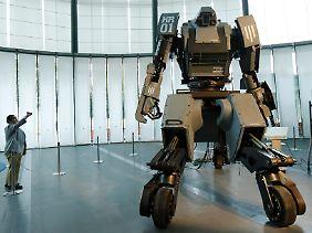 Dieser Roboter steht in einem japanischen Museum und kann bewaffnet werden. Er wird aber von einem Piloten gesteuert.