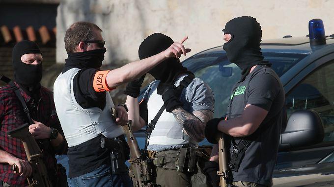 Auch Spezialeinsatzkräfte der Polizei sind vor Ort.