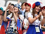 """Neulich beim Confed Cup: Zwei russische Fußballfans googeln auf ihren Handys, was """"sa druschbu"""" auf Deutsch heißt."""