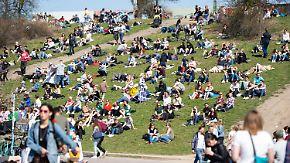 Sonne tanken statt Schnee schippen: Frühlingswetter lässt Parks aus allen Nähten platzen