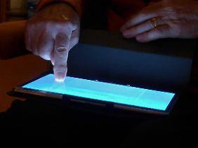 """Geld am Telefon bestellen, Kontakte per Tablet pflegen: Das Projekt """"Herbsthelfer"""" soll Senioren und ihre Angehörigen unterstützen."""